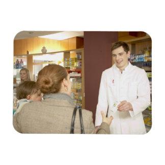 Farmacéutico de sexo masculino que entrega la medi imanes de vinilo