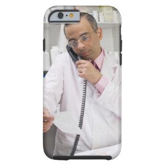 Farmacéutico que usa un teléfono funda de iPhone 6 tough