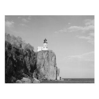 Faro partido de la roca postal