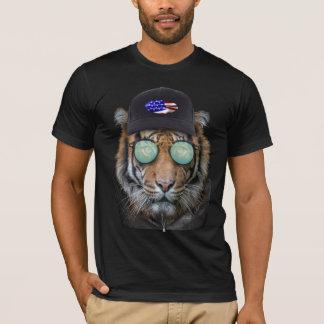 Fauna divertida vestida encima del tigre de camiseta
