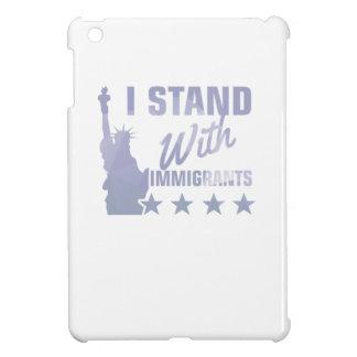 Favorable estatua de la inmigración de la camisa