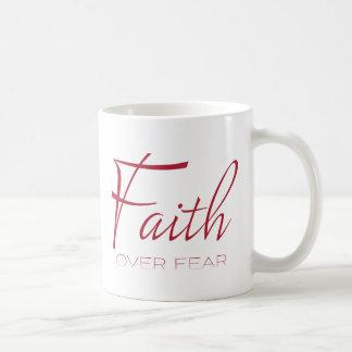 Fe sobre el estímulo del miedo en rojo taza de café