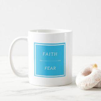 Fe sobre la taza de café del miedo