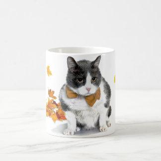 Felix: el gatito en una taza temática de noviembre