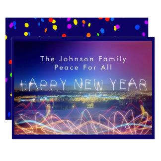 Feliz Año Nuevo sobre luces de la ciudad y tarjeta