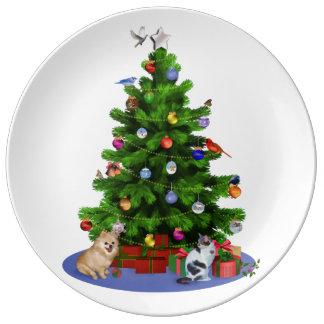 Feliz árbol de navidad con los pájaros, gato, perr plato de cerámica