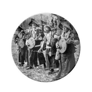 Feliz banda de músicos en vieja música del vintage plato de porcelana