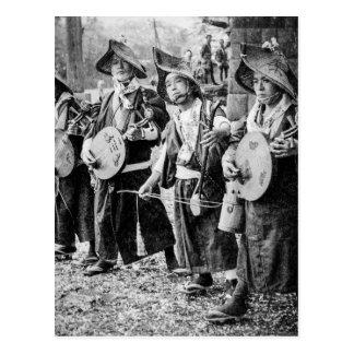 Feliz banda de músicos en vieja música del vintage postal