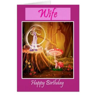 Feliz cumpleaños a la esposa del marido con la tarjeta de felicitación