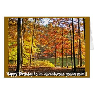 Feliz cumpleaños a un hombre joven aventurero… tarjeta de felicitación