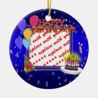 Feliz cumpleaños con el marco de la foto del adorno redondo de cerámica