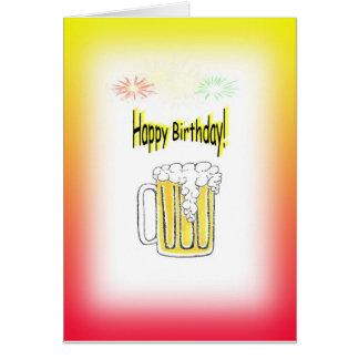Feliz cumpleaños con la taza de cerveza y los tarjeta de felicitación