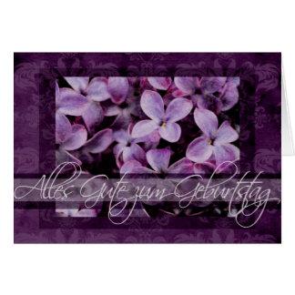 Feliz cumpleaños en flores alemanes de la lila tarjeta de felicitación