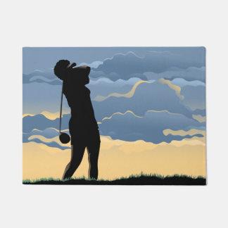 Felpudo Golfista de sexo femenino de la puesta del sol