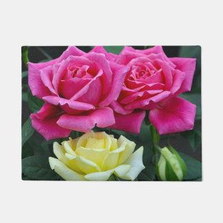 Felpudo Impresión floral de los rosas rosados y amarillos