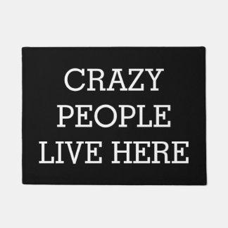 Felpudo La gente loca vive aquí divertido negro