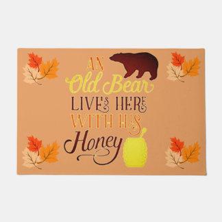 Felpudo Un oso viejo vive aquí con su miel