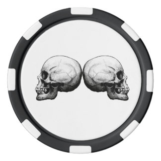 Fichas de póker blancos y negros del cráneo del