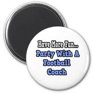 Fiesta con un entrenador de fútbol iman de frigorífico