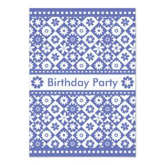 Fiesta de cumpleaños azul de la mujer y blanca invitación 12,7 x 17,8 cm