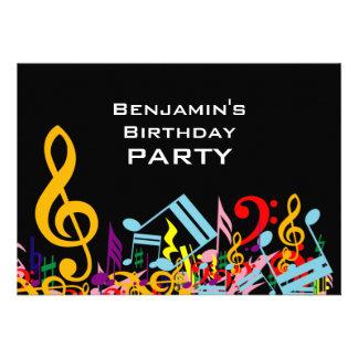 Fiesta de cumpleaños colorida de las notas musical