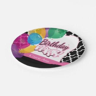 Fiesta de cumpleaños con los globos en rosa plato de papel
