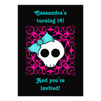 Fiesta de cumpleaños gótica linda del cráneo para comunicados personalizados