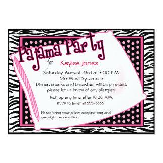 Fiesta de pijama en puntos negros y rosados invitación 12,7 x 17,8 cm