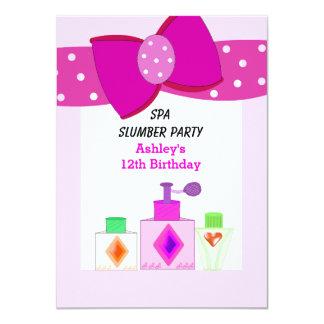 Fiesta de pijamas rosada del balneario del arco invitación 11,4 x 15,8 cm