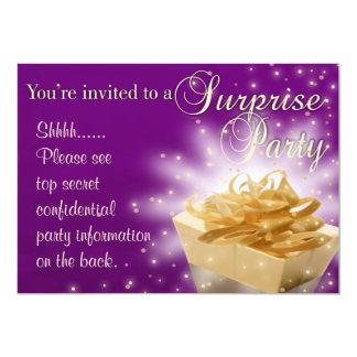 Fiesta de sorpresa el | púrpura y oro invitación 12,7 x 17,8 cm