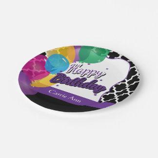 Fiesta del feliz cumpleaños con los globos en plato de papel