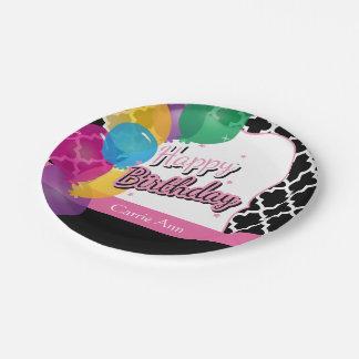 Fiesta del feliz cumpleaños con los globos en rosa plato de papel