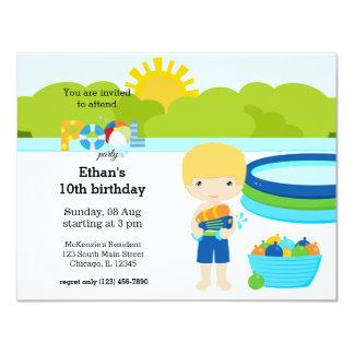 Fiesta en la piscina (muchacho) invitación 10,8 x 13,9 cm