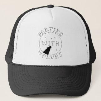 Fiestas con el gorra del camionero de los lobos