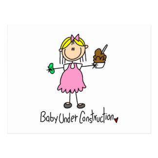 Figura bebé del palillo bajo construcción postal