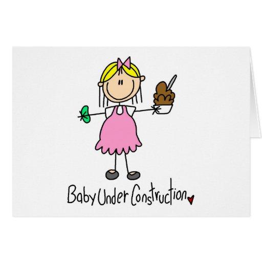 Figura bebé del palillo bajo construcción tarjeta