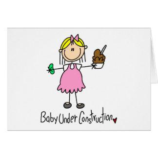 Figura bebé del palillo bajo construcción tarjeta de felicitación