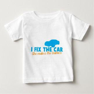 Fijo el coche que ella hace a los bebés camiseta para bebé