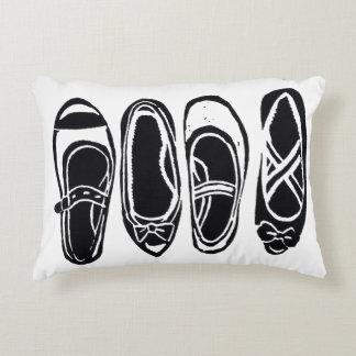 Fila de la almohada blanco y negro del acento de cojín