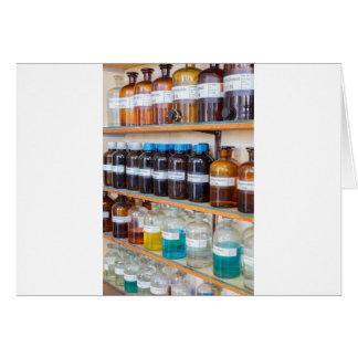 Filas de las sustancias químicas flúidas en tarjeta de felicitación