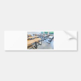 Filas de tablas y de sillas en sala de clase pegatina para coche