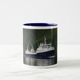 Fiordo ártico, barco rastreador de fábrica en el taza de dos tonos