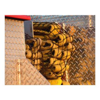 firehoses en red en el firetruck del bombero tarjetas publicitarias