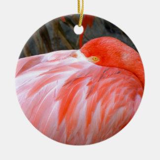 Flamenco rosado el dormir adorno de cerámica