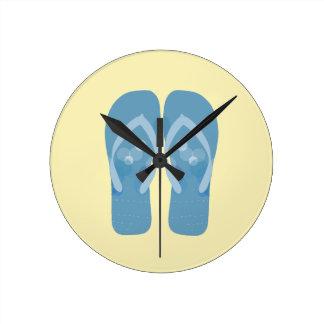 Flips-flopes azules del tema de la playa del reloj redondo mediano