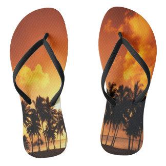 Flips-flopes de la playa de la puesta del sol de chanclas