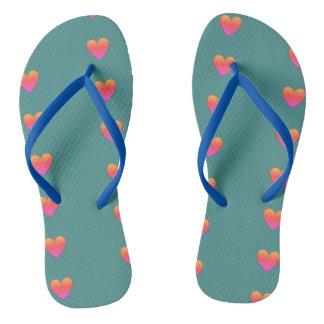 Flips-flopes en colores pastel del corazón chanclas