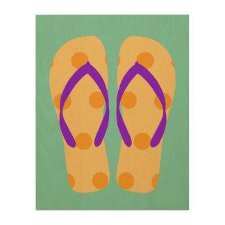 Flips-flopes púrpuras del tema de la playa del impresión en madera