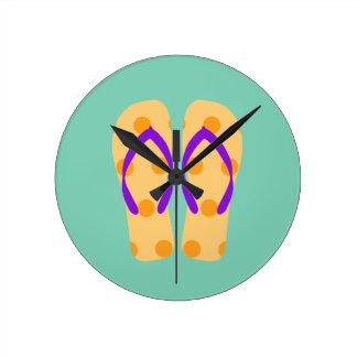 Flips-flopes púrpuras del tema de la playa del reloj redondo mediano