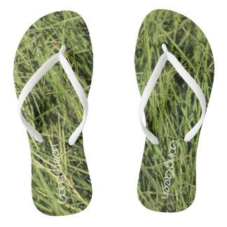 Flips-flopes verdes de la hierba de la balanza de chanclas